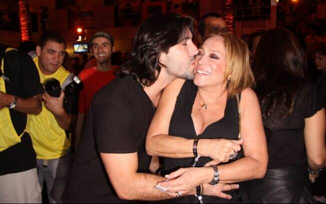 Susana Vieira ganha beijinhos de Sandro Pedroso no Rock in Rio