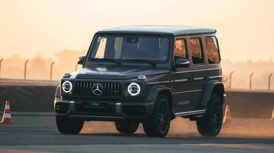Mercedes G63 AMG vem com motor V8 biturbo, capaz de render 585 cv, potência transmitida para as quatro rodas