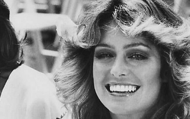 Loiras como Farrah Fawcett não costumavam escurecer os pelos na década de 70, deixando o desenho bem natural