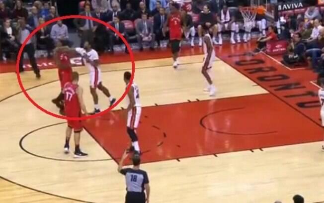 Jogadores Serge Ibaka (Toronto Raptors) e James Johnson (Miami Heat) trocam socos durante partida da NBA