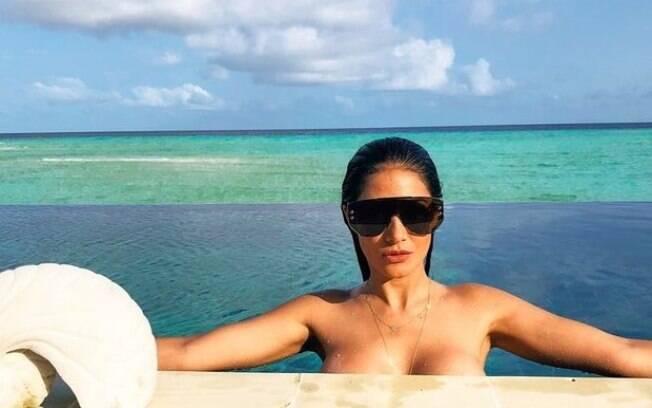 A cantora Simaria desencadeou uma enxurrada de elogios ao posar de topless e compartilhar em seu perfil do Instagram
