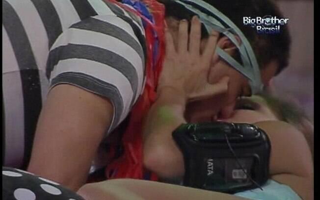 Rafa e Renata se beijam deitados nas almofadas