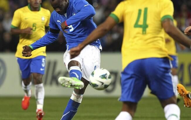 Balotelli bate de direita, encobre Julio  Cesar e dá empate à Itália diante do Brasil