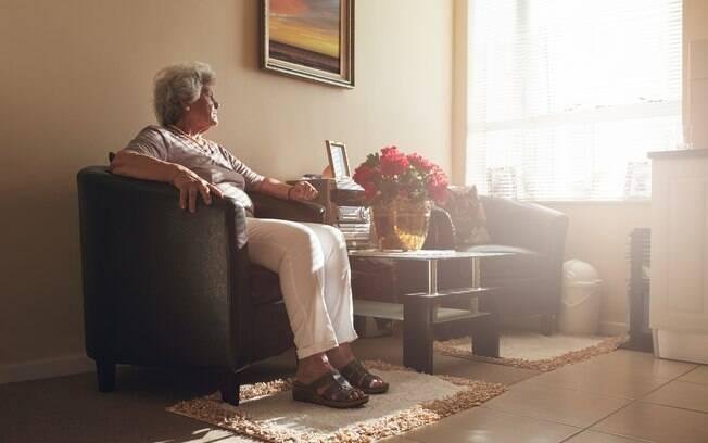 Tapetes presos embaixo do sofá ou das poltronas é uma forma de deixar a casa do idoso mais segura, segundo arquiteta