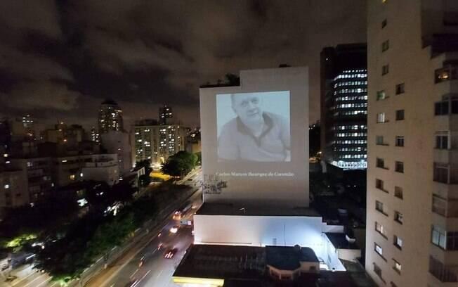 Fotos projetadas em prédio de SP: homenagem a médicos falecidos por Covid-19