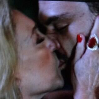 Pilar não resiste às investidas de Maciel e acaba beijando o motorista