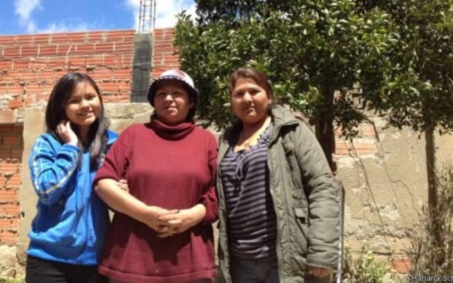 Inês, ao centro, não quer que a filha Malena (dir.) e a neta Taina (esq.) voltem a morar no Brasil