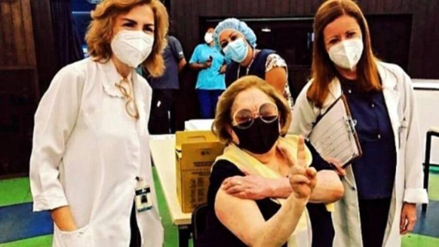 Aracy Balabanian é vacinada contra a Covid-19