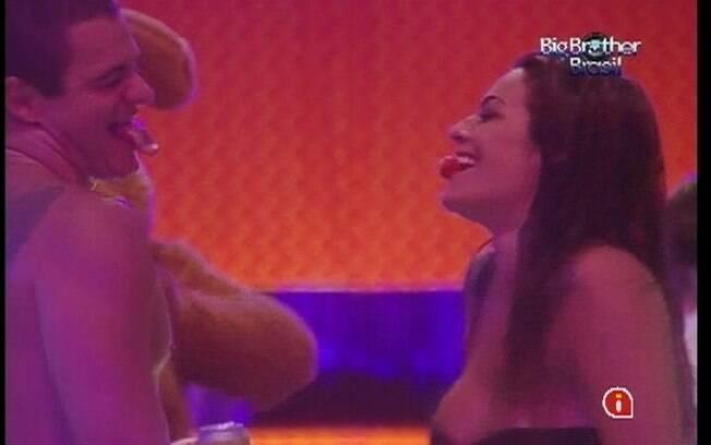 Monique e Rafa brincam com morango na boca