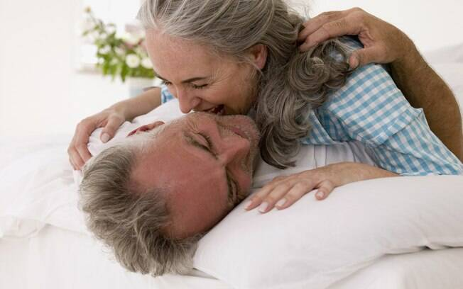 Entender que o amor é um sentimento construído diariamente facilita a solucionar como manter o romantismo do casamento