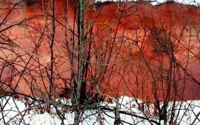 Especialistas de centro de pesquisa local dizem não saber o motivo da coloração vermelho-sangue do rio  Molchanka