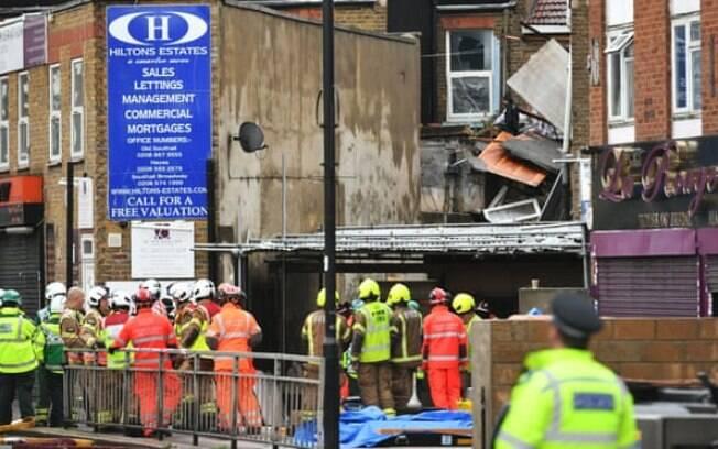 A cena de uma suspeita de explosão de gás na King Street em Ealing, oeste de Londres