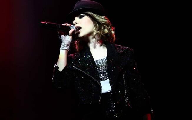 Sandy caprichou no visual e usou até luvas que lembravam as que viraram marca registrada de Michael Jackson