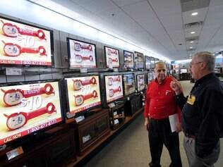 Loja de eletrônicos nos EUA: interesse dos americanos por TVs com internet aumenta