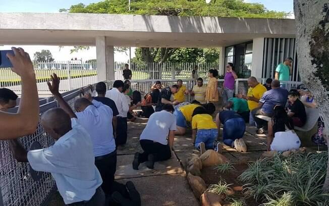 Apoiadores de Bolsonaro na Porta do Palácio do Alvorada: esperança de que a crise do coronavírus se resolva por inspiração divina