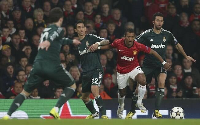 Nani recebe a marcação de Di Maria em  confronto pelas oitavas da Liga