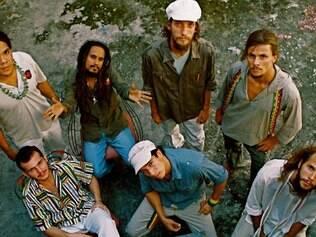 Show. O vocalista Hélio Bendes faz um vocal inspirado em Bob Marley, mas com personalidade própria