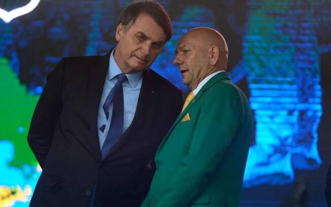 Jair Bolsonaro e seu apoiador Luciano Hang, o 'Véio da Havan', que teve sigilos bancário e fiscal quebrados por possível financiamento a esquema de fake news