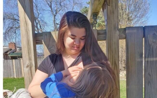 Laura Smith amamentando o filho de cinco anos