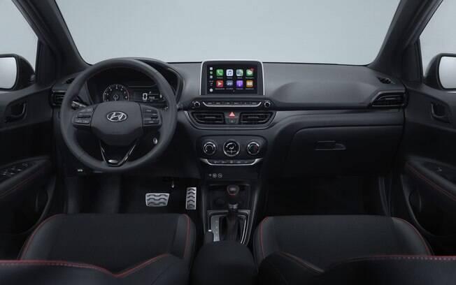 Interior adiciona linhas vermelhas e um pacote extra de itens além do que é oferecido na versão Evolution