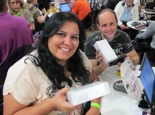 Maria Fernanda Aleixo e Gabriel Araújo Pinto com seus iPhones 6 em mãos