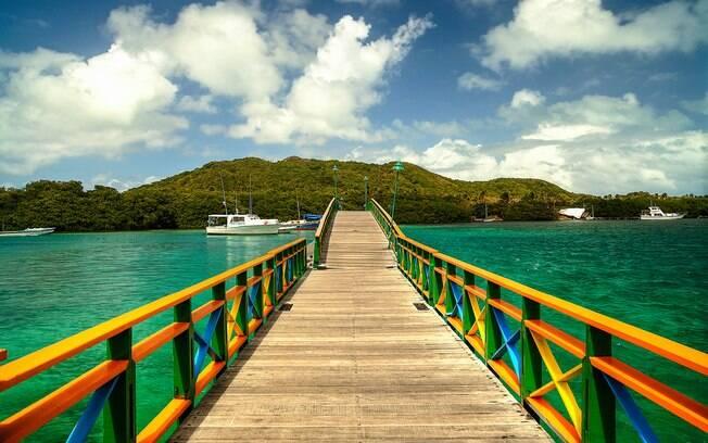 As ilhas de Providencia e Santa Catalina, ligadas pela Ponte dos Namorados (foto) também fazem parte do arquipélago, e irão te surpreender com praias ainda mais intocadas. Foto: shutterstock