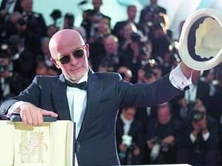 "Láurea.   O diretor francês Jacques  Audiard, de ""Dheepan"" agradece o prêmio"