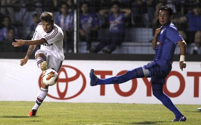 Rafael Sóbis arrisca chute ao gol