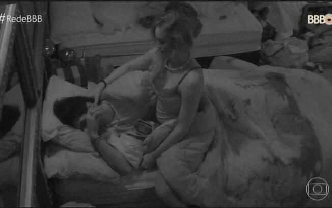 Lucas e Jéssica em um dos momentos sob o edredon no 'BBB 18'