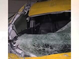 Táxi ficou completamente destruído
