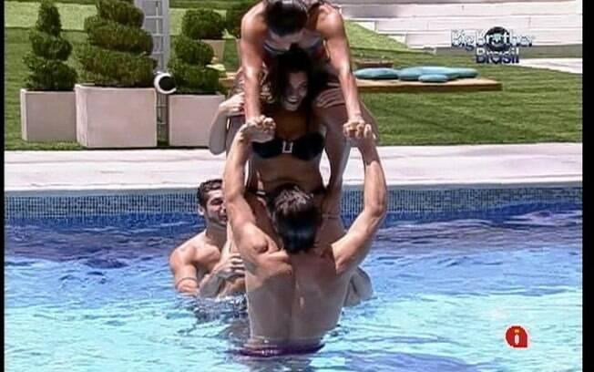 Jonas tenta equilibrar Monique e Kelly nos ombros