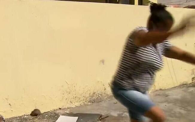 Mulher correndo de rato