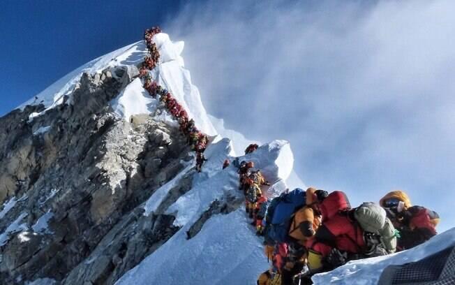 Monte Everest tem trânsito carregado de alpinistas