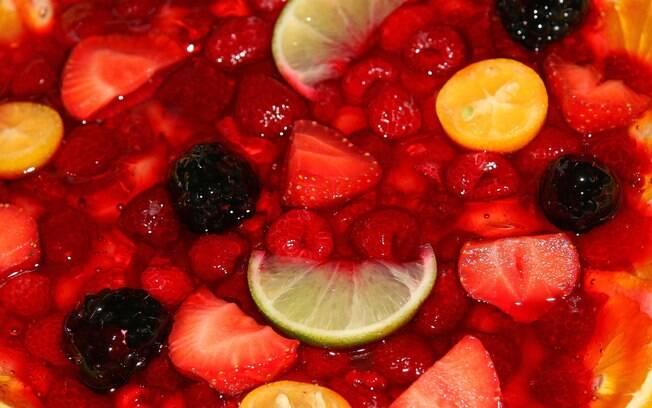 Pedaços de frutas realçam o sabor da gelatina e deixam a sobremesa mais atraente