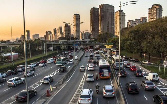 Trânsito na Marginal Pinheiros, em São Paulo: Até quando as pessoas vão aceitar ficarem presas nos congestionamentos?