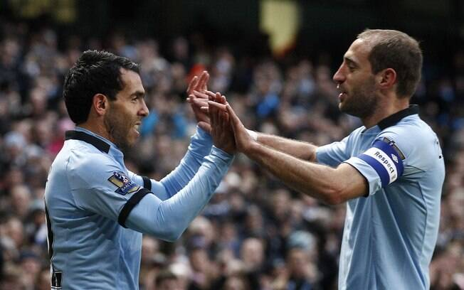 Tevez comemora gol do Manchester City com o  companheiro e compatriota Zabaleta