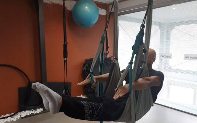 Pilates suspenso: o professor Keyner ensina alguns exercícios e seus benefícios