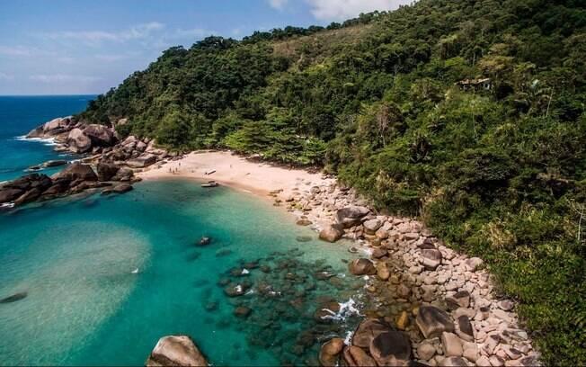 Vila de pescadores que fica há uma hora de barco de Paraty e tem vistas paradísicas