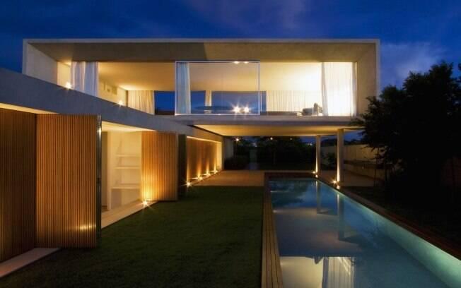 Composta por dois blocos de concreto e detalhes em madeira, a construção lembra as casas de Hollywood