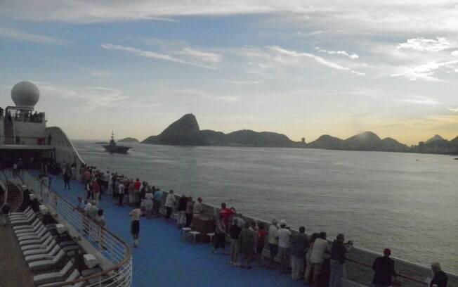 Do deck do Marina, os passageiros fotografam o pôr do sol e o Rio de Janeiro ficando para trás