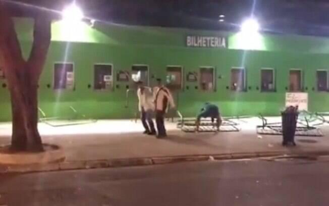Torcedores do Palmeiras protestaram no Allianz Parque com atos de vandalismo