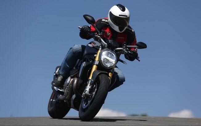 Na pista do haras Tuiuti, a Ducati Monster 1200S surpreendeu
