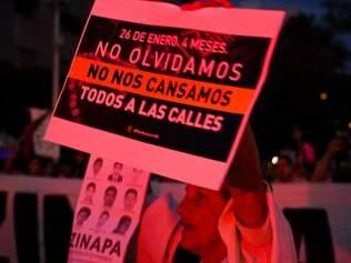 Manifestantes vão as ruas protestar contra o desaparecimento de 43 estudantes