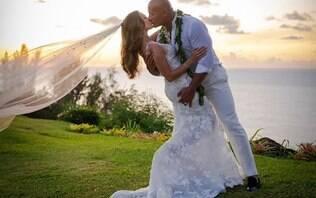 The Rock se casa no Havaí e mostra fotos de cerimônia intimista