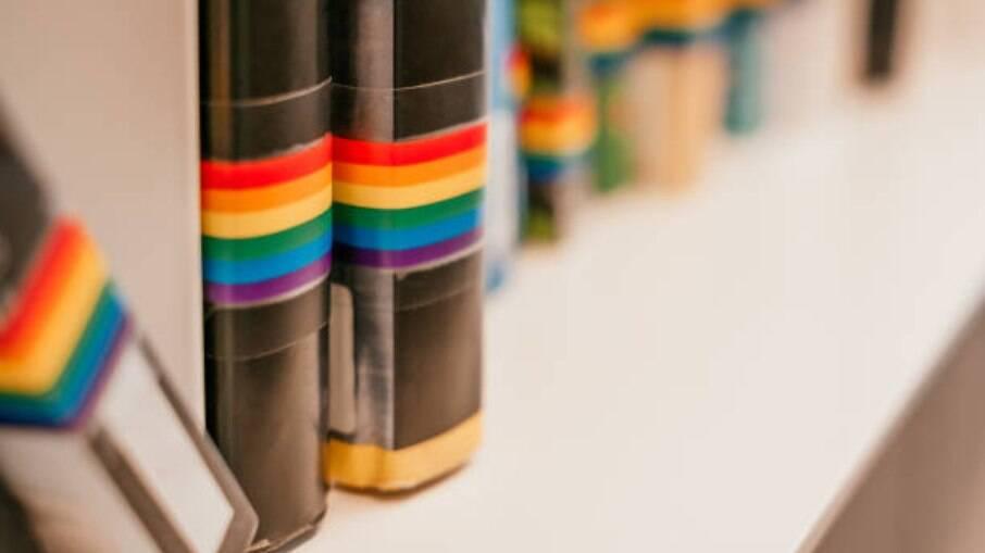 Veja livros nacionais e internacionais para aprender mais sobre a história e as vivências do movimento LGBTQIAP+