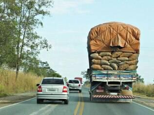 Perigo. As ultrapassagens em local proibido estão entre as infrações mais cometidas nas estradas federais que cortam Minas Gerais
