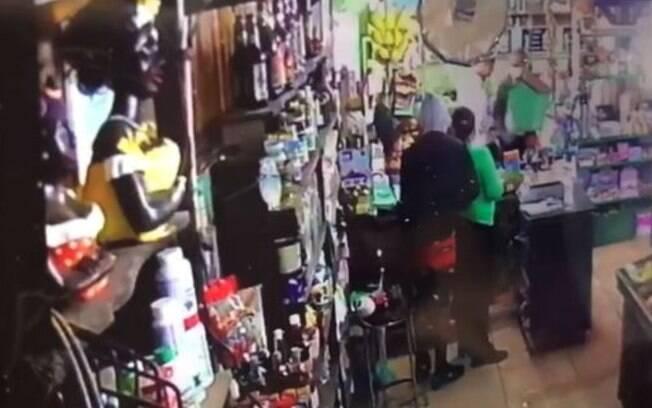 Vídeo: dupla rende funcionários e clientes em assalto a comércio de Paulínia
