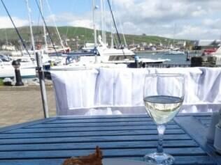 Fish and Chips, prato típico em um restaurante com vista para o mar, em Dingle, na Irlanda