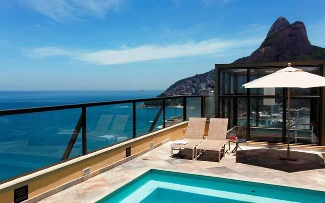 A piscina do hotel Marina Palace tem vista para a praia do Leblon e o morro Dois Irmãos