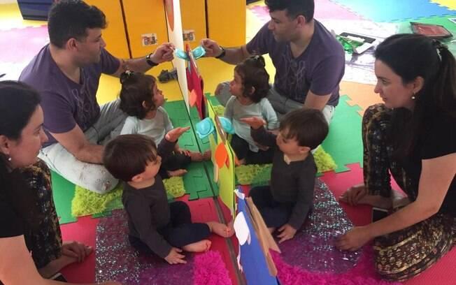 Como o desenvolvimento infantil pode ser estimulado em casa, os pais tem participação efetiva nas aulas com as crianças